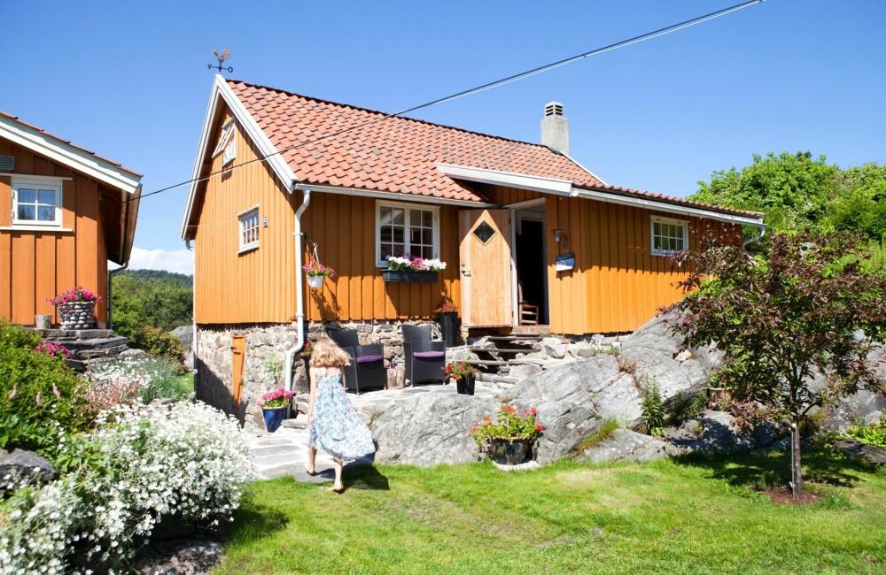 TO HUS TETT I TETT: Hovedhus og bryggerhus er malt i samme farge og kler hverandre. For Mathilde (8) er bestemor Rigmor og tante Jorun alltid rett i nærheten.