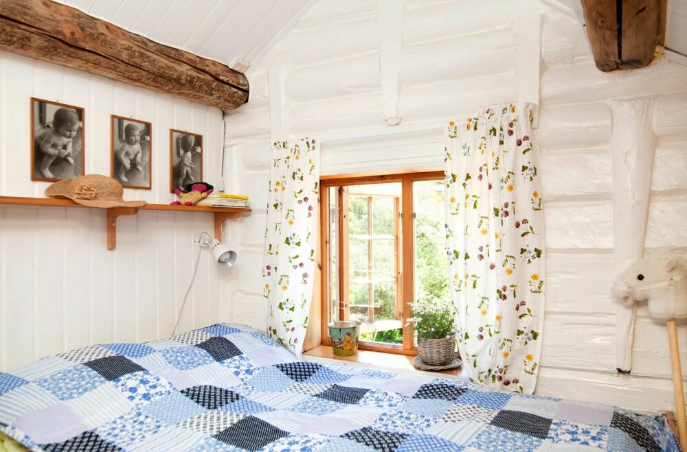LYST TIL GJESTENE: På gjesterommet har Jorun fått lov å male tømmerveggene hvite, men på deres felles soverom foretrekker mannen Pekka grå patina. Fargen minner ham om hans eget barndomshjem i Finland.