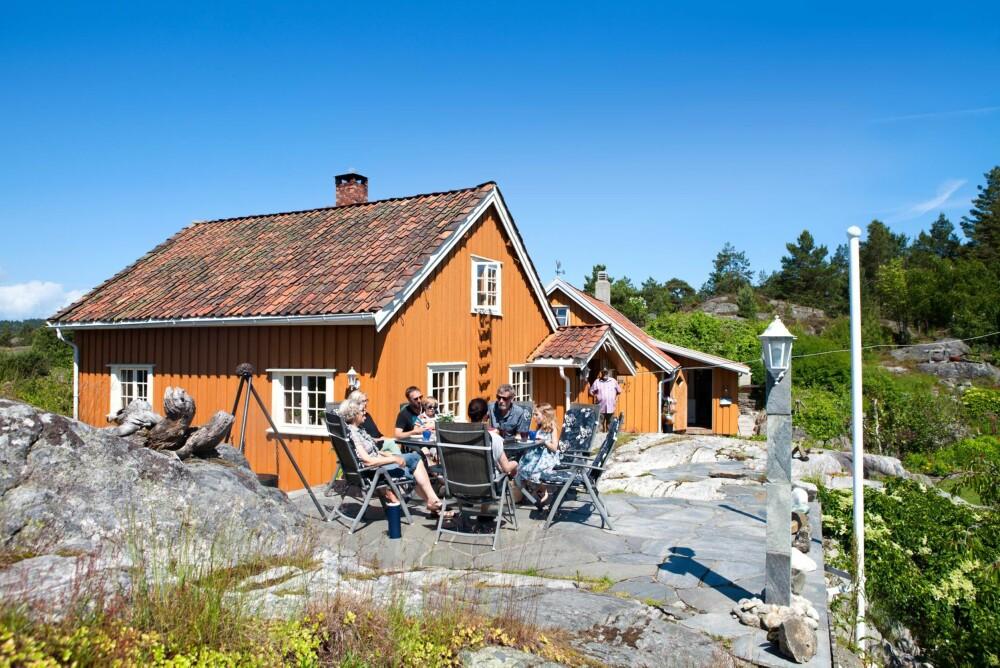 FERIE: Hele storfamilien er samlet på uteplassen, som består av steinheller lagt som en naturlig del av berget rundt.