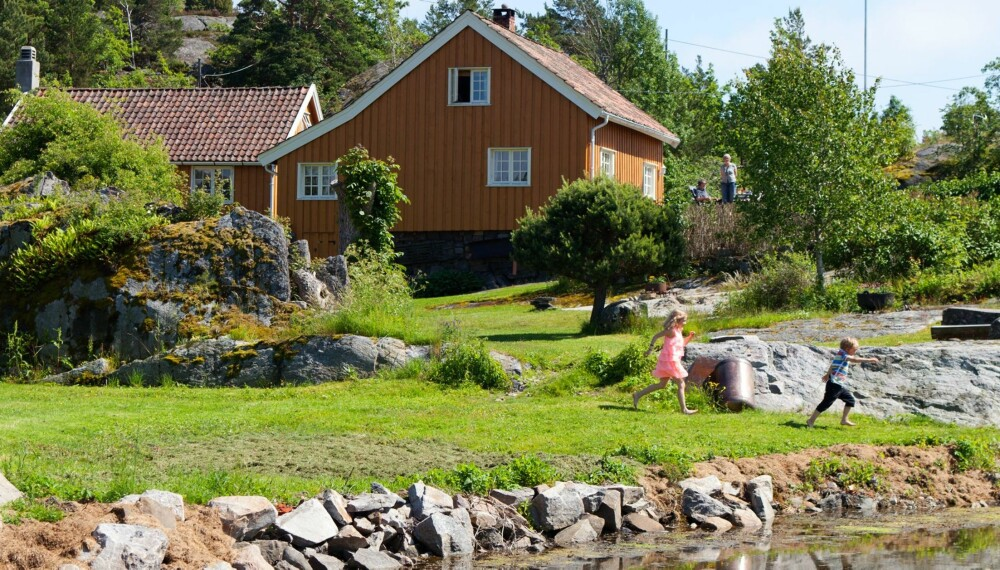 UNNA VEI: Plenen foran hyttene har fått tilnavnet Bratten. Her er det godt å løpe for Sebastian og Mathilde.