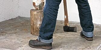 Sikerhet: Med spredte bein unngår du at øksa treffer leggen.