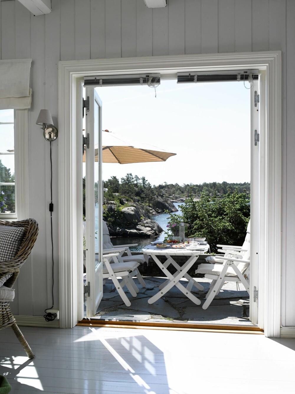 RETT UT: Verandaen utenfor soverommet vender mot øst. Her starter hytteeierne dagen med frokost. Ofte fortsetter de på samme sted med lunsj. Da er det svalt der, med en kjærkommen skygge på sommervarme dager.