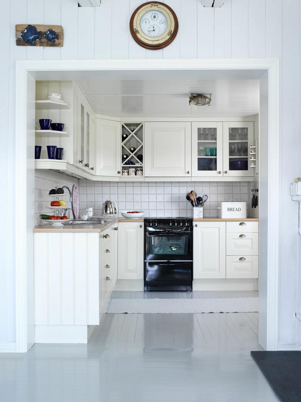ÅPNET OPP: Ved at hytteeierne fjernet en vegg, ble kjøkkenet et hyggeligere sted. Innredningen er fra Vårt Kjøkken i Søgne.