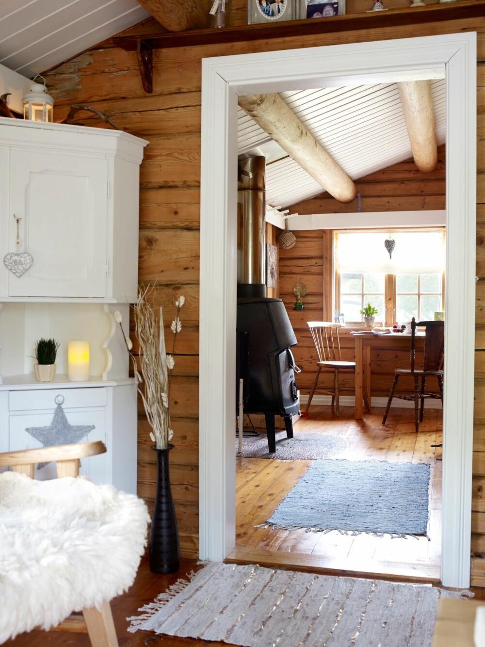 FRA DET GAMLE: Stuen og kjøkkenet var første etasje i det gamle tømmerhuset. Hjørneskapet fulgte med hytta.