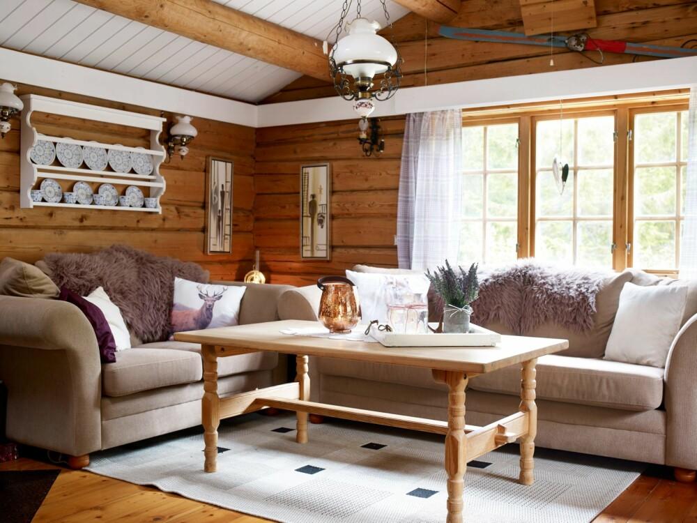 LUN OG LETT: Stuen fikk et langt lettere uttrykk  da eierne malte lister, tak og tallerkenhylle.  Det trehvite er beholdt for lunheten det gir.