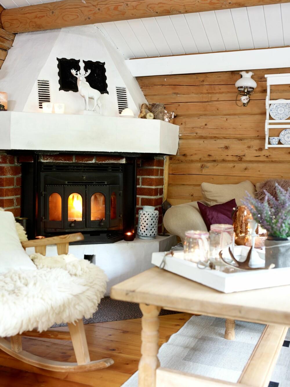 HJERTEROM: Stuen foran peisen er stedet for de gode stundene. Peisen skal males helt hvit. Rundtømmeret i taket er fremhevet ved at taket er malt hvitt.