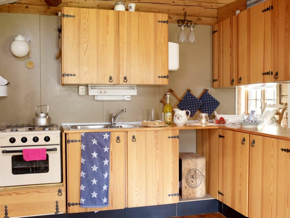 UNDERVEIS: De har flere planer om oppgradering av kjøkkenet. Den tøffe gasskomfyren er fra 1980-tallet.