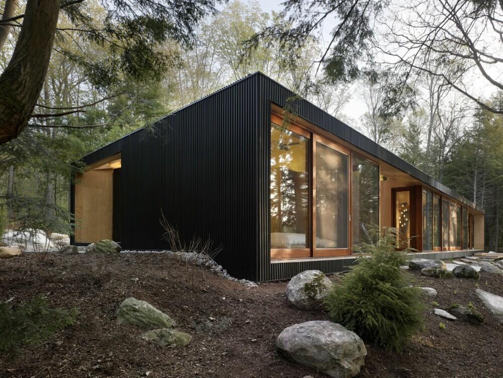 ET RØFT EKSTERIØR: Hele hytta er kledd i mørkt bølgeblikk. Ifølge arkitekten er dette kostnadseffektivt, og er blant annet inspirert av skandinavisk kystarkitektur.