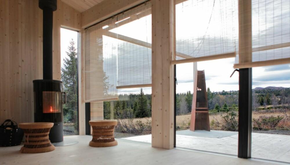 MASSIVT UTSYN: Hytta til Landsbyarkitektene ble bygget for å vise hvilke muligheter massivtre har som byggemateriale, samtidig som man ønsket en hytte bygget mest mulig på naturens premisser.