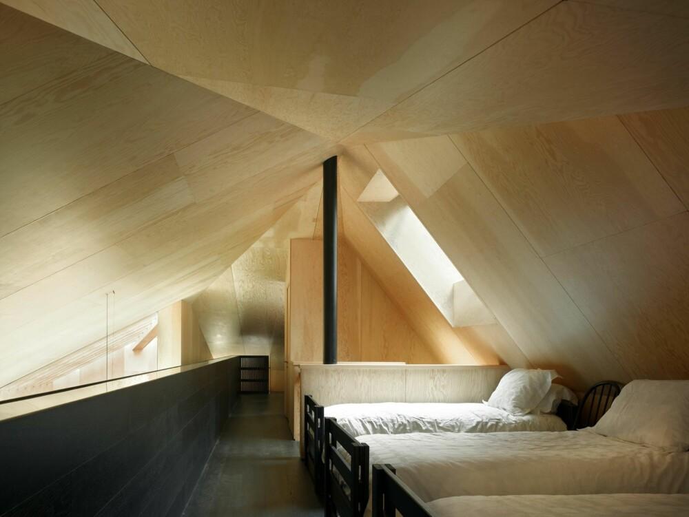 TELTFASONG: Taket som former seg i en spiss med den sorte stangen i midten gir hentydninger til teltformen.