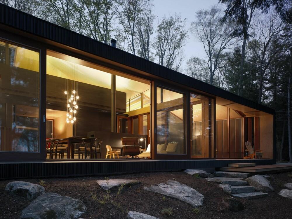 RETT UT: Hyttas glassfasade er utstyrt med skyvedører, som gir en lett tilgang til naturen utenfor.