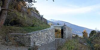 USYNLIG ARKITEKTUR: I åsene i Sierre i Sveits ligger dette nesten gjemte feriehuset som har fått navnet Pavilion d'été à sierre. Her utforsker arkitektene forestillingen om usynlig arkitektur.