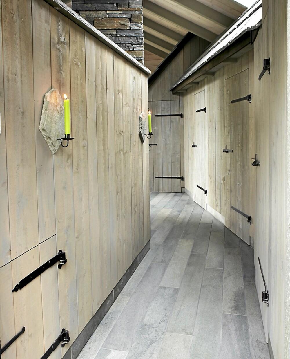 ORIGINALT: Hytta har fått en original lys gang hvor du ser steintak komme inn i stuen og gangen. Dørhåndtakene til soveromsdørene er det Runars far som har laget.