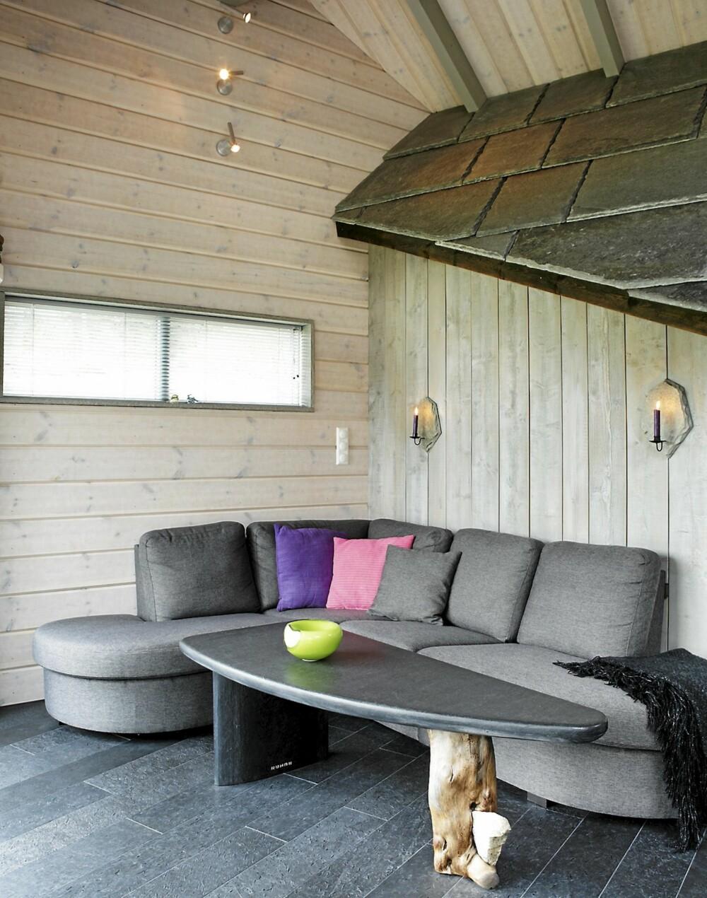 LUFTIG: Den solide takhøyden gjør stuen luftig. Stueveggene er kledd med hvitlasert østerdalspanel, den grå veggen er malt med Jotun Interiør Tre 15 (s4502-y). Bærebjelkene er malt i Jotun Interiør Tre 15, lys grå 0643.