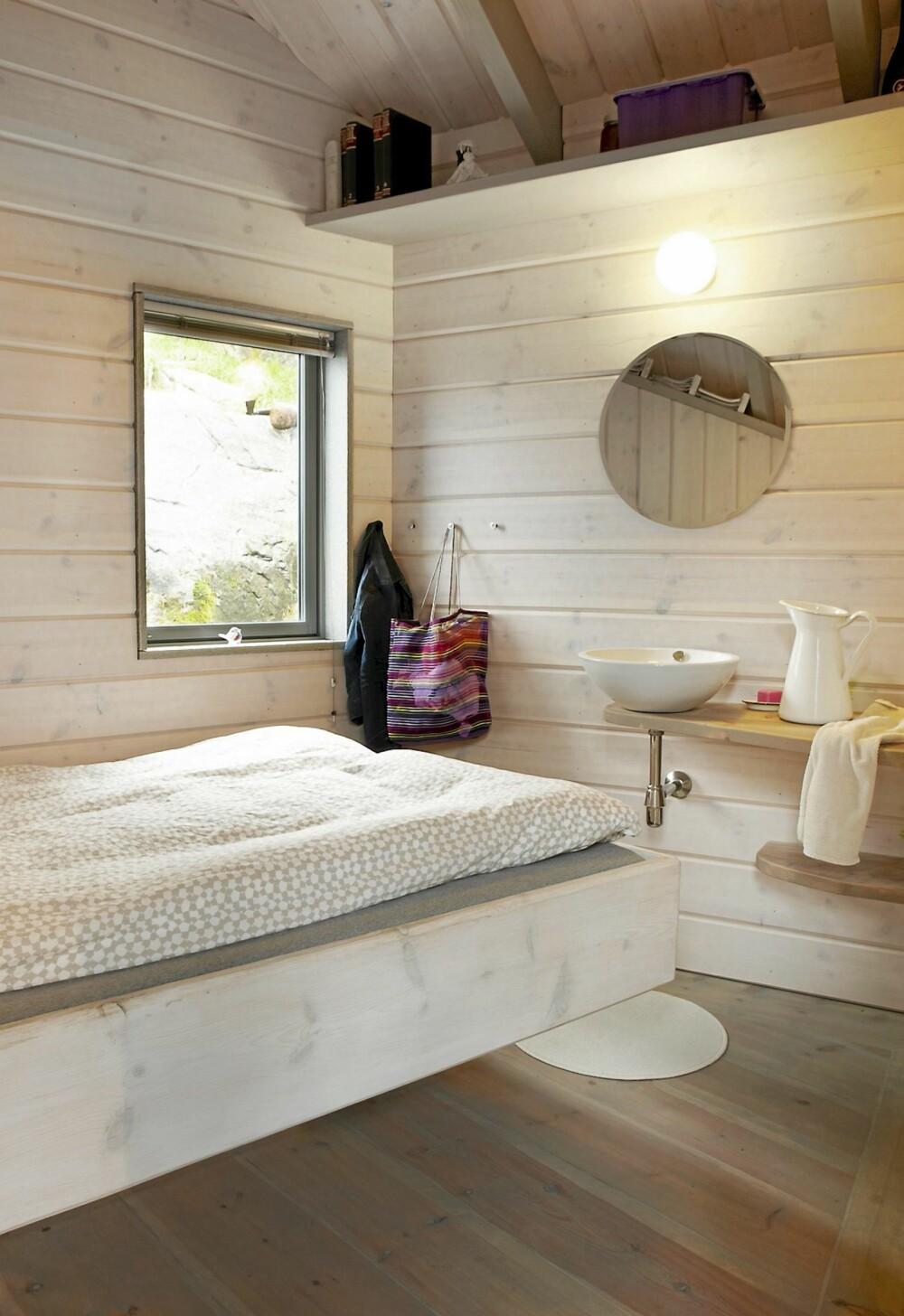 HOVEDSOVEROMMET: Det er tre soverom i hytta. Det største har dobbeltseng og vask. Sengen henger for øvrig tilsynelatende fritt i løse luften, bygget av to dragere.