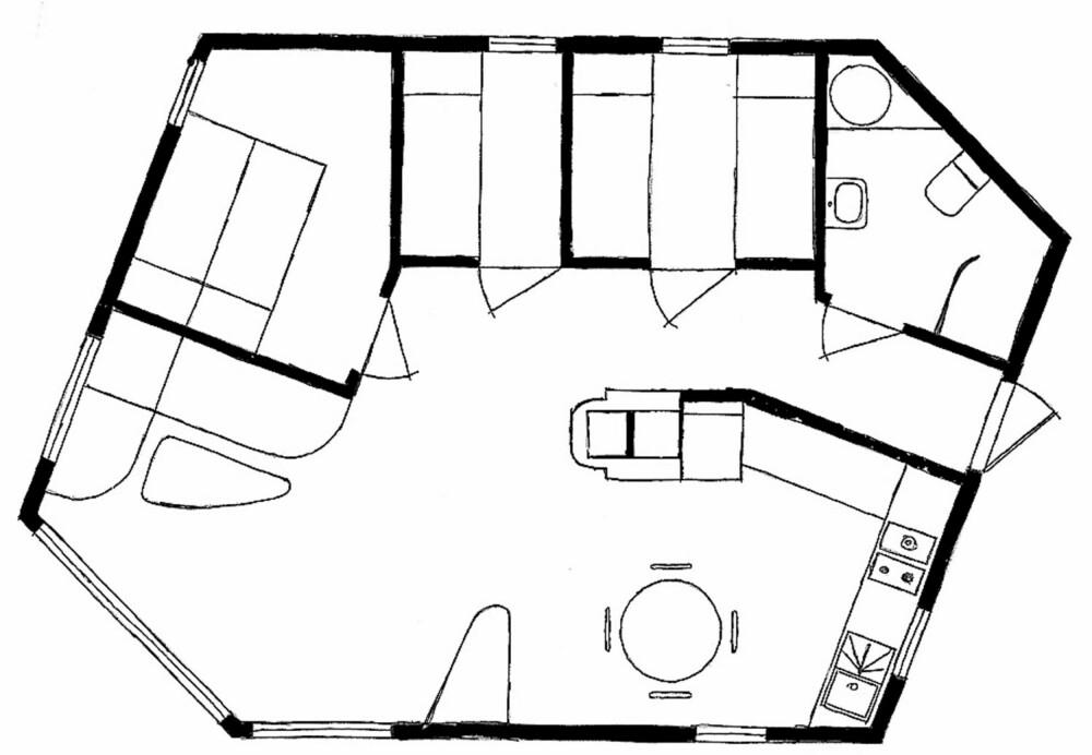SEKSKANTET PLANLØSNING: Skiferhytta i Sandnes har fått en sekskantet planløsning. Tomten er 1,6 mål. Byggeår: 2011. Bruttoareal: 60 m². Bod på 14 m². Rominndeling: Stue, kjøkken med spiseplass, tre soverom og bad. Utvendig kledning: Skifer. Tak: Torvtak. Innvendig kledning: Trepanel og skifer. Fasiliteter: Strøm og biodo
