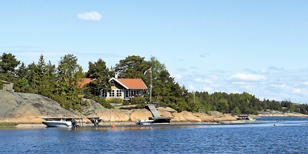 BELIGGENHET: Hytta har beliggenhet rett ved sjøen.