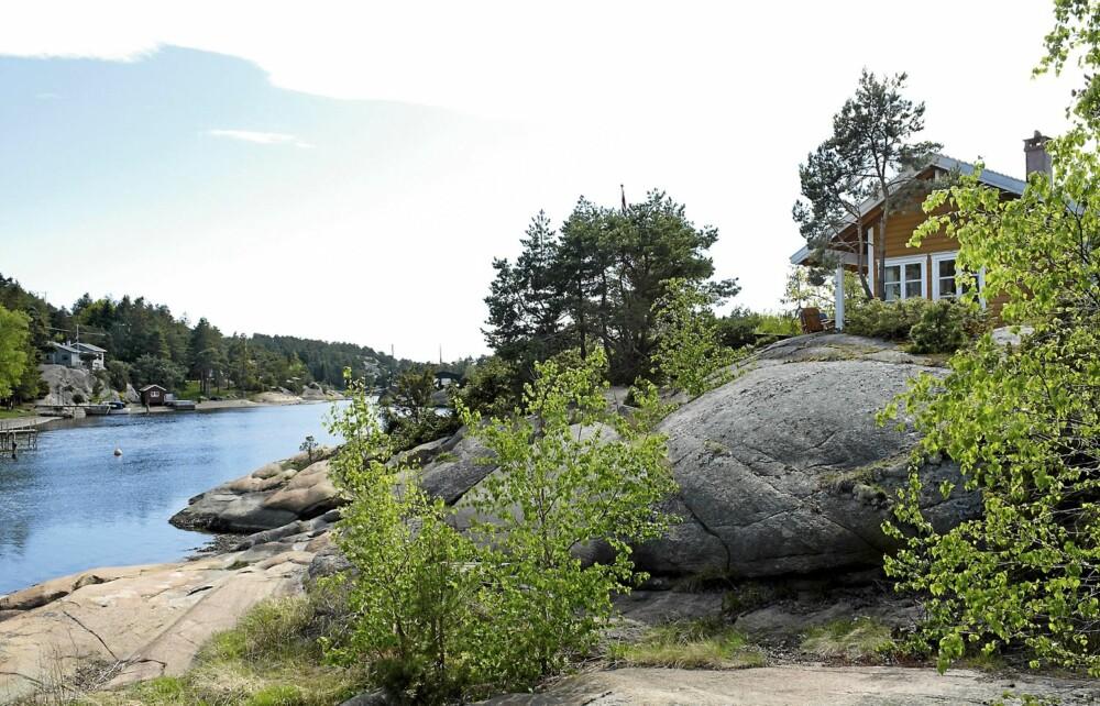 FASADEN: Den nye hytta er bygget på grunnmur kledd med flettverk. Den ligger stødig plassert på et lite platå med fasaden vendt mot sundet og sola.