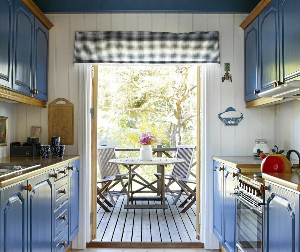 KJØKKEN: Kjøkkenet er lite, og det er malt kornblått. Utenfor er det en frokostterrasse.