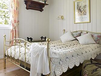 SOVEROM: Hovedsoverommet har hvitmalte vegger og tak, og er romantisk utstyrt med gammeldags messingseng, hekleteppe og blomstermønstrede tekstiler.