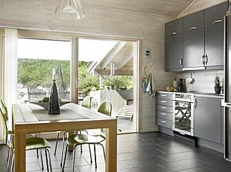KJØKKEN: Steingrå kjøkkeninnredning og svarte skiferfliser på gulvene bekrefter de røffe omgivelsene utenfor.