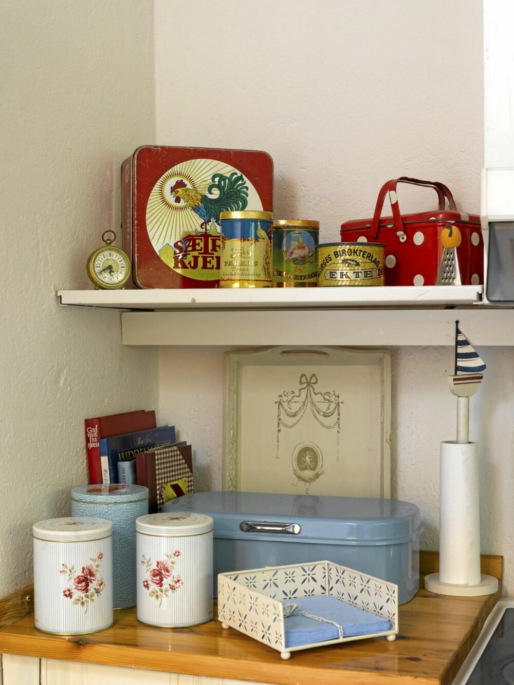 NOSTALGISKE INNSLAG: I det ene hjørnet på kjøkkenet er det en samling av nostalgiske matbokser.