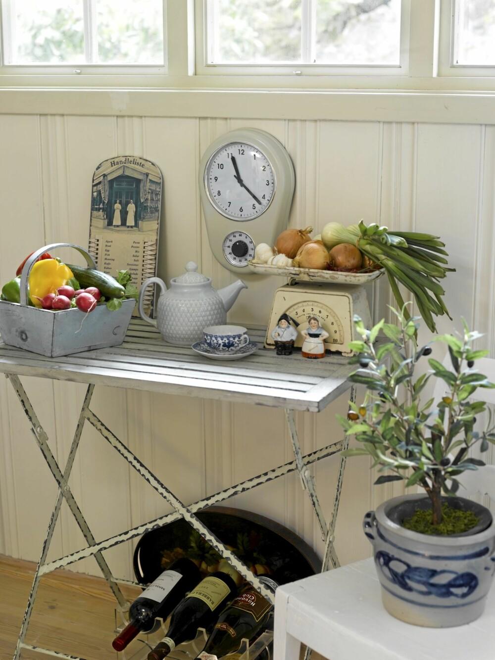 SETTEBORD: På kjøkkenet har de et praktisk sidebord til oppbevaring av frukt og grønnsaker.