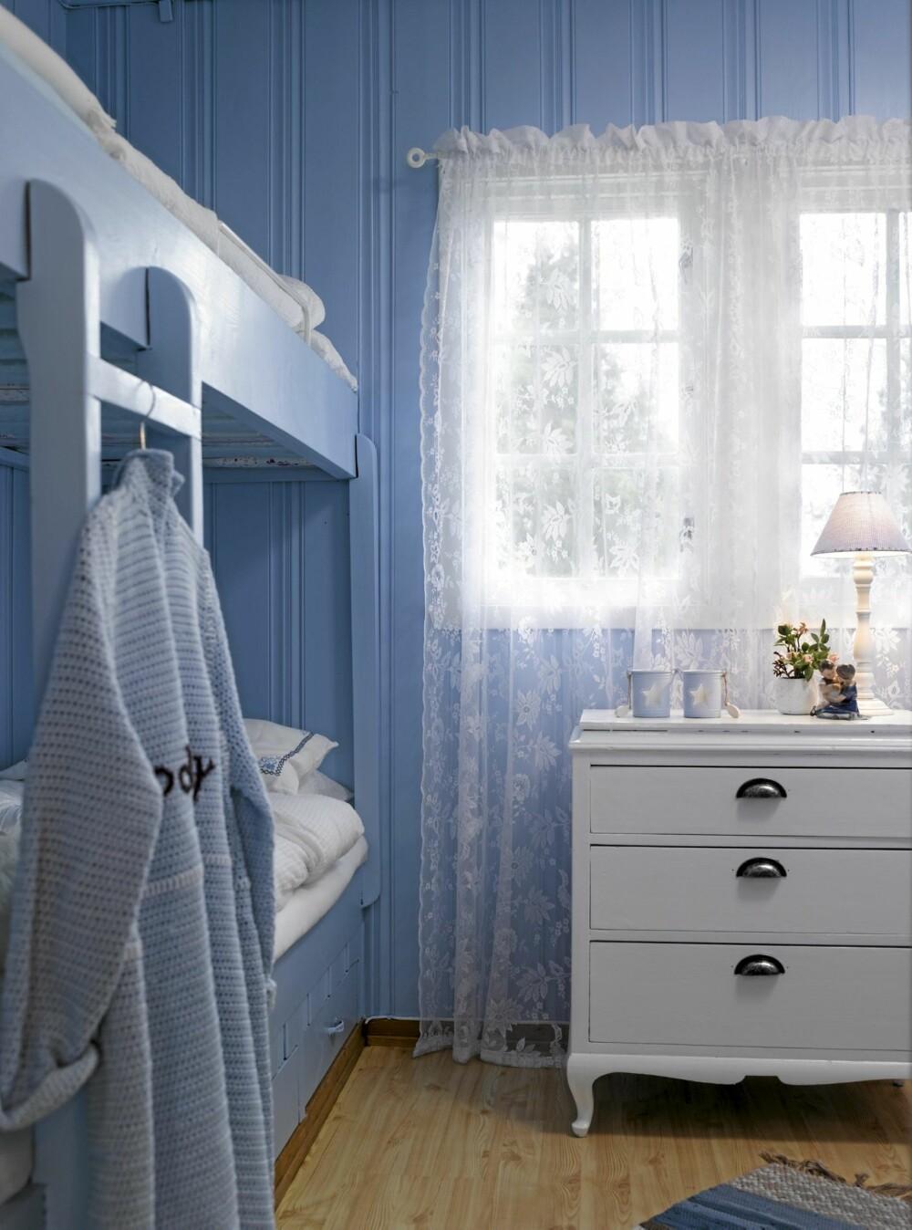 TIL GJESTER: Gjesteværelset er malt i en delikat, babyblå farge, og her er ingenting tilfeldig. Torild liker å fornye gamle møbler, og kommoden har hun selv malt hvit. Den lyseblå jakken harmonerer med resten av interiøret.