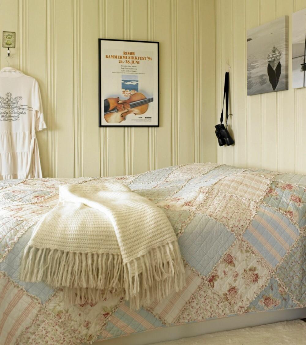 PASTELLER: Det duse soverommet er innredet med lyse pasteller, som resten av hytta. Plakaten fra Risør kammermusikkfestival over sengen er et ferieminne.