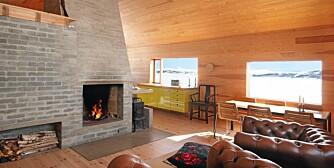 RENT DESIGN: Se så enkelt og rent kan et moderne hytteinteriør bli. Gulv og vegger er av kvistfri furu fra Svenneby Sag og Høvleri, lerk i takpanel og peis av betongstein.