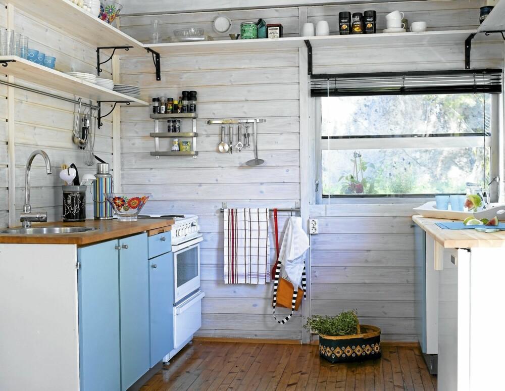 ÅPNET OPP: På kjøkkenet har det skjedd store forandringer. Overskapene er fjernet og erstattet med åpne hyller. Kjøleskapet og et benkeskap er snudd 90 grader, og en ny og større benkeplate er innkjøpt for å gi mer arbeidsplass. Det er enkelt å sende mat ut gjennom vinduet til terrassen.