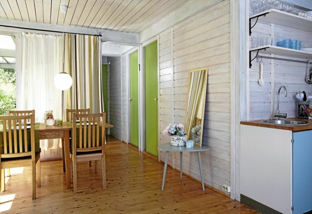 GRØNN INSPIRASJON: De lyse veggene muntres opp av de turkise og grønne tonene på dører, møbler og kjøkkeninnredning.