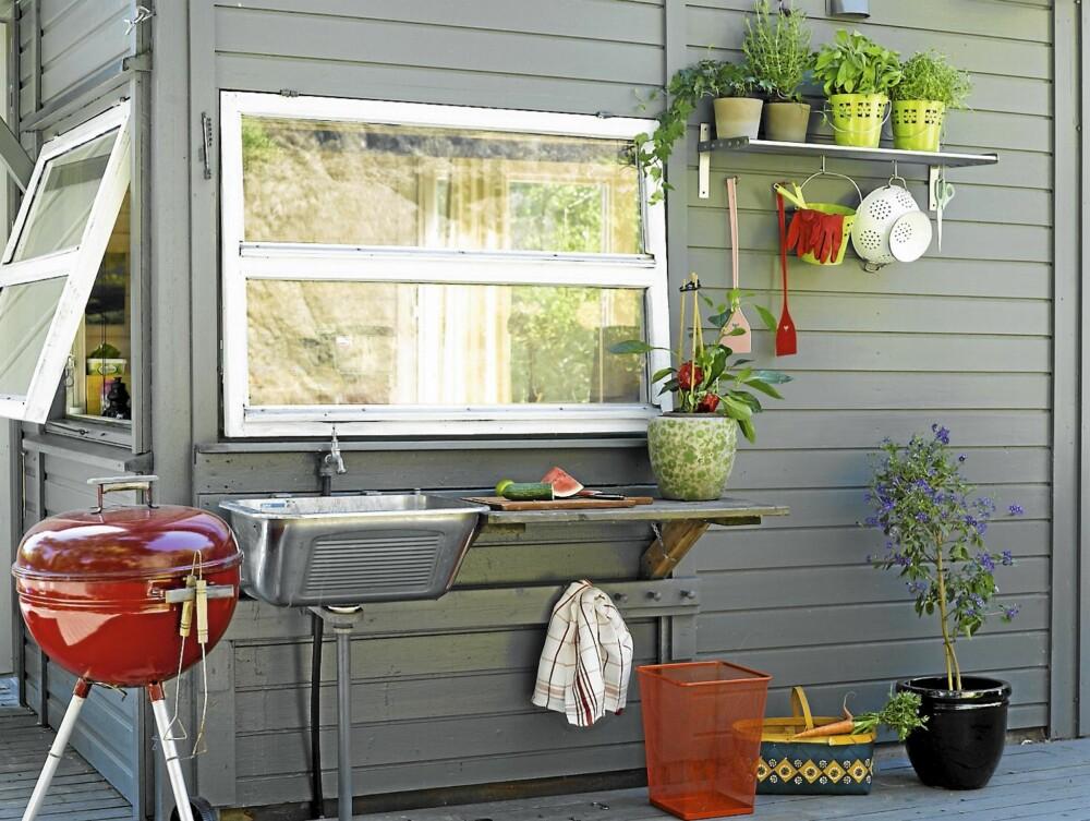 MAT I DET FRI: Det er deilig med utekjøkken på sommerhytta. Interiørarkitekten hjalp til med hyller og kroker til urter og redskaper.