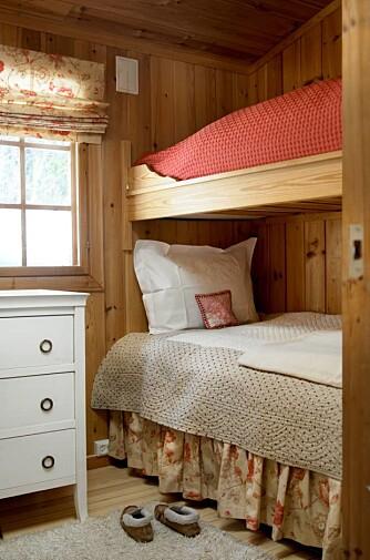MED FEMININ VRI: Eller med en touch av fransk? Romantisk på fjellet fungerer bra, sengeskjørt og lift i samme stoff.