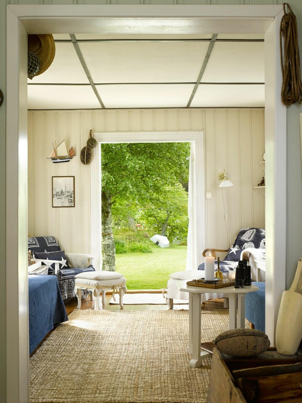 ÅPNER DØRENE: her slipper de solen og sommeren rett inn i hytta.