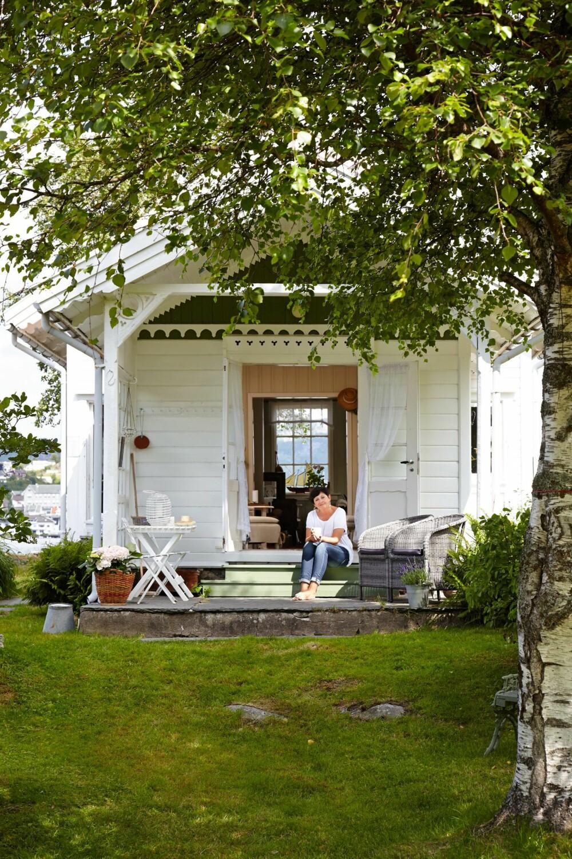 SOMMERIDYLL: Når været er blidt på Sørlandet, åpnes dørene opp så sommeren kan komme inn i hytta. Trammen er et yndet sted for kaffedrikking. Her ute er det kjelekaffe som gjelder.