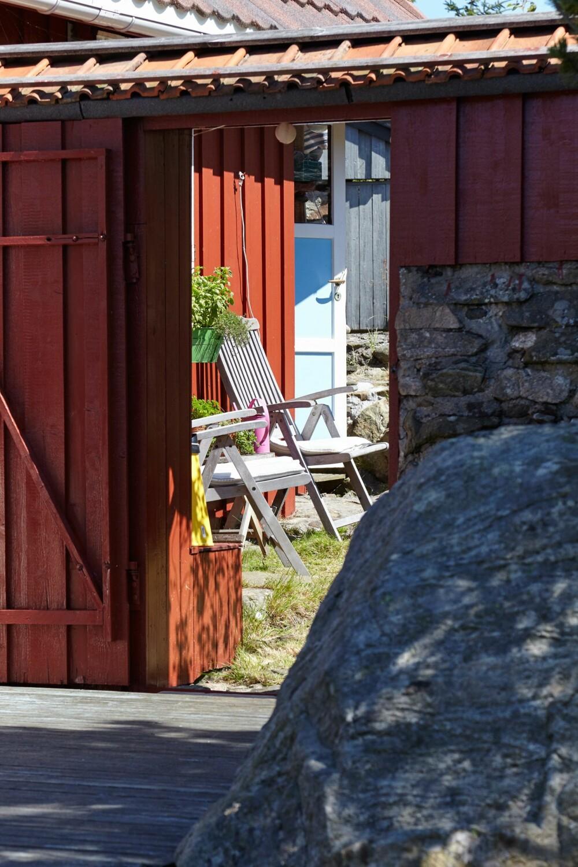 TILPASSET: Leveggen tar av for vinden fra nordvest, som står rett inn fra havet.  Den er tilpasset berget med mur og tre.