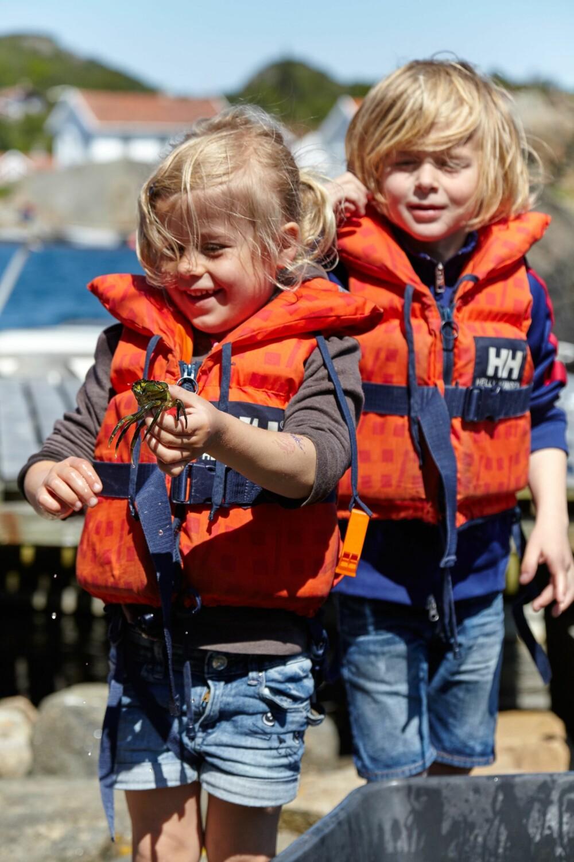 GØY VED VANNET: Barna foretrekker langtrukne sørlandssomre fremfor å reise utenlands. Å fiske krabber er en favorittaktivitet.