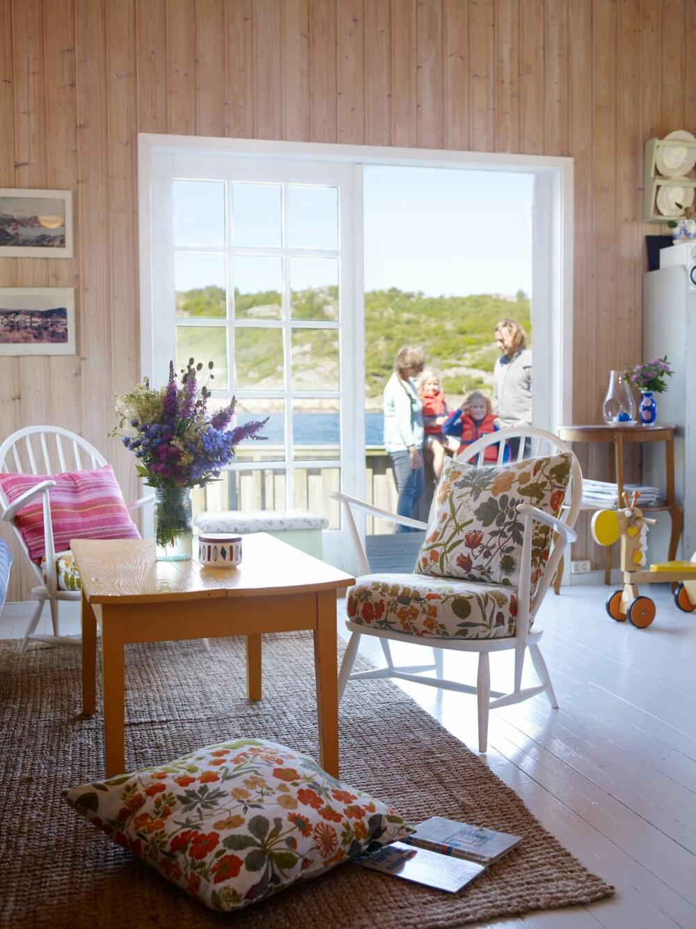 UT PÅ TERRASSEN: På vindfulle dager må døren holdes lukket, da kan vinden stå rett inn fra havet. På stille dager gjør den store terrassen på forsiden hytta større.