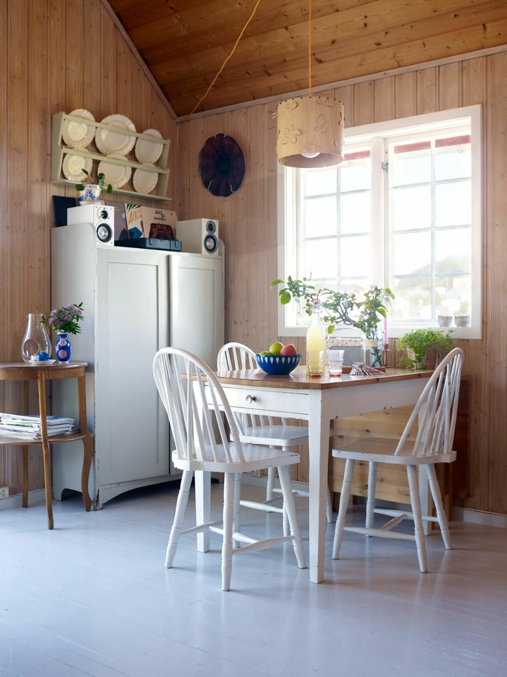 FORNYET: De arvede stolene er malt fra brunt til hvitt med bengalakk, og trukket opp med stoff fra gamle gardiner. Catrineholmkjelene er etter Hannas mormor og morfar – en nesten komplett serie. Taket skal males.