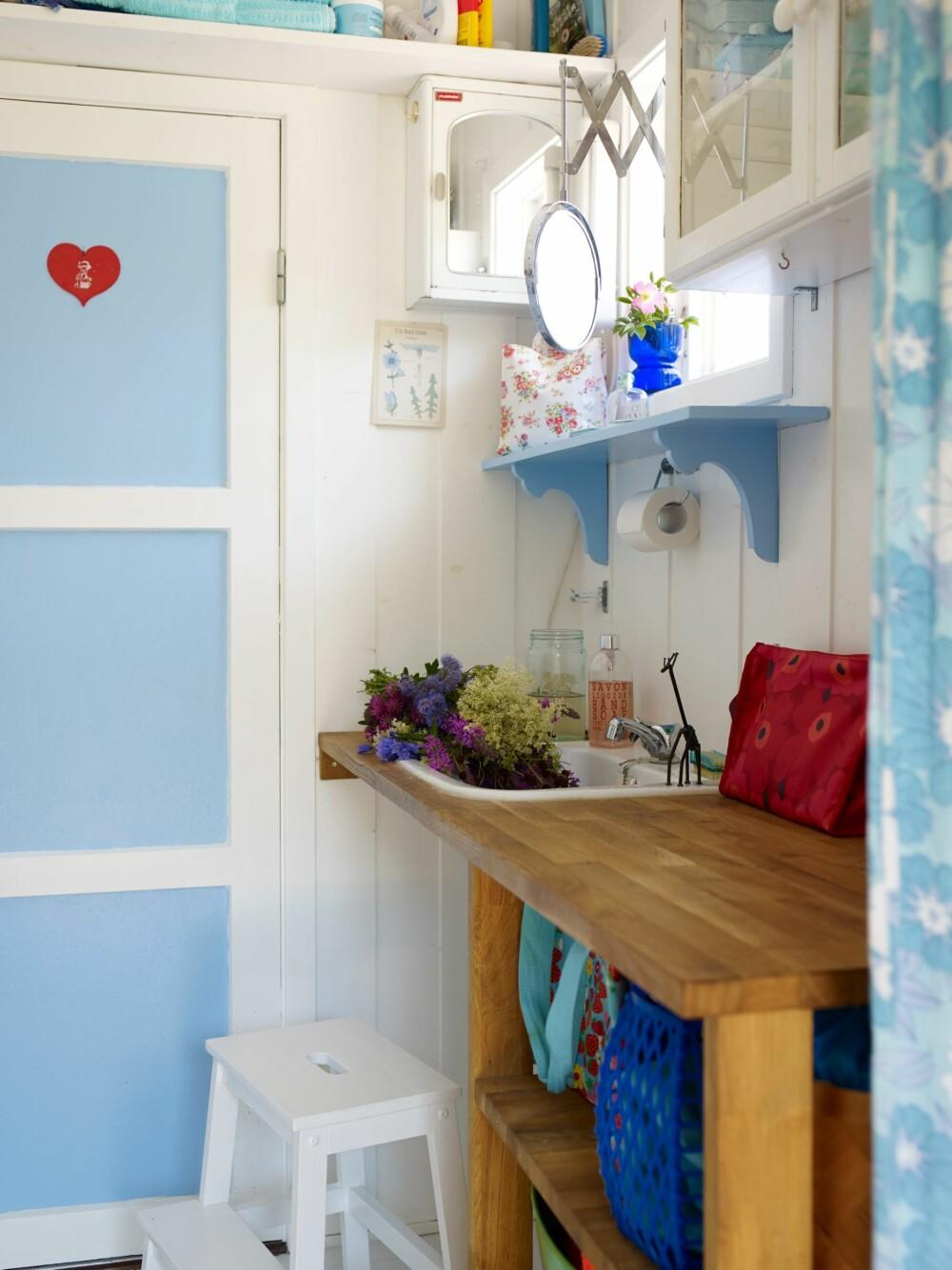 BADEBENK: På hytta er det ikke bad – men en badebenk med hyller som er bygget av en benkeplate i eik rundt en gammel vask.