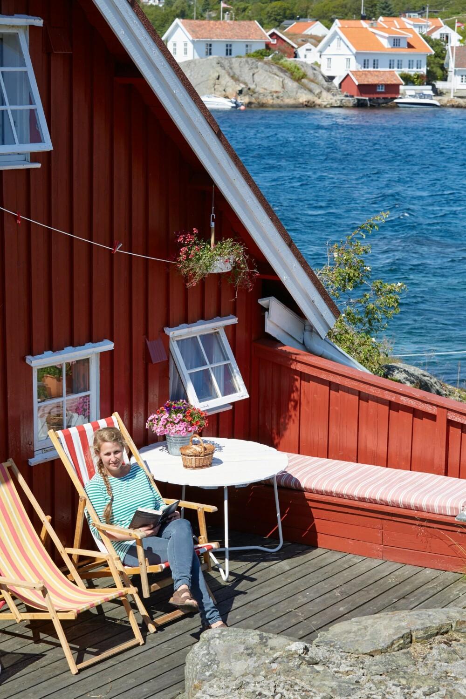 TIL FROKOST: Morgensola i øst gjør sitteplassen på baksiden til en naturlig frokostplass. Loshamn i bakgrunnen.