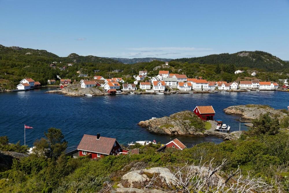 VED SJØEN: Fra toppen av Sandøy er det utsikt mot Loshavn. Og ved bunnen – en rødmalt sommer- ferieidyll. Familien til eierens far er fra området. Oldemoren til eieren var lærerinne i Loshavn.