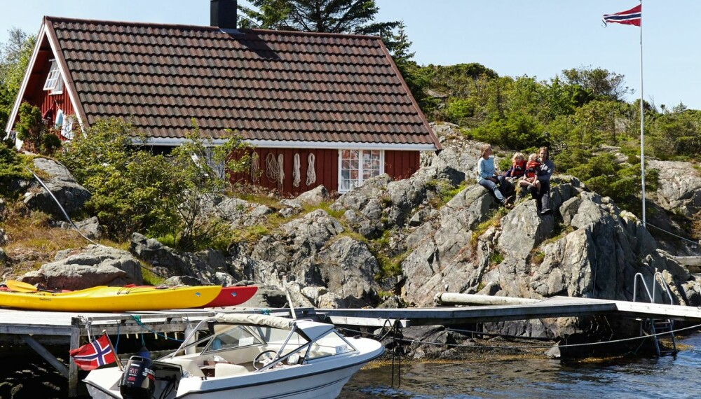 UTELIV: Sommer på Sandøy er båtliv, krabbefiske og lek i fjæresteinene.