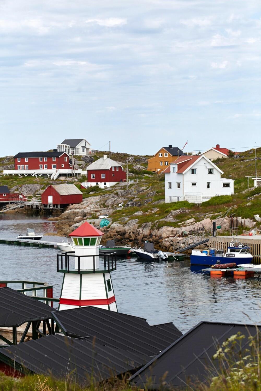 BOGØYVÆR: Bogøyvær er en øygruppe som ligger i Frøya kommune i Sør-Trøndelag, nordvest for øya Frøya. Den består av de to øyene Bogøya og Smaløya, som er knyttet til hverandre med hengebro.