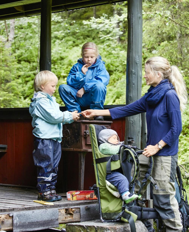 MATPAUSE: Med faste innlagte matpauser, går turen opp til hytta som en lek. Her får Naomi og Boas kjeks som mamma Ingunn alltid har med på hyttetur. (FOTO: Sveinung Bråthen)