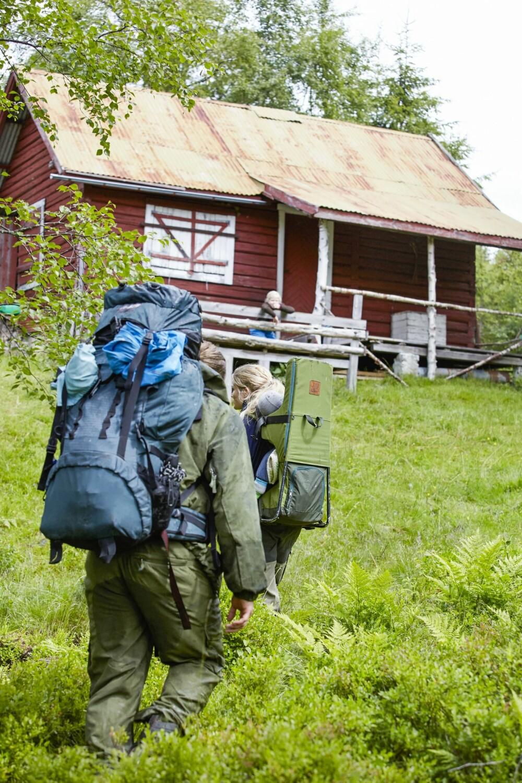 ENDELIG FREMME: «I skogen langt borte blant dalar og fjell, der ligger min hytte og der er jeg så sæl …». Det er blitt en fast tradisjon å synge denne sangstrofen når familien ankommer hytta. (FOTO: Sveinung Bråthen)