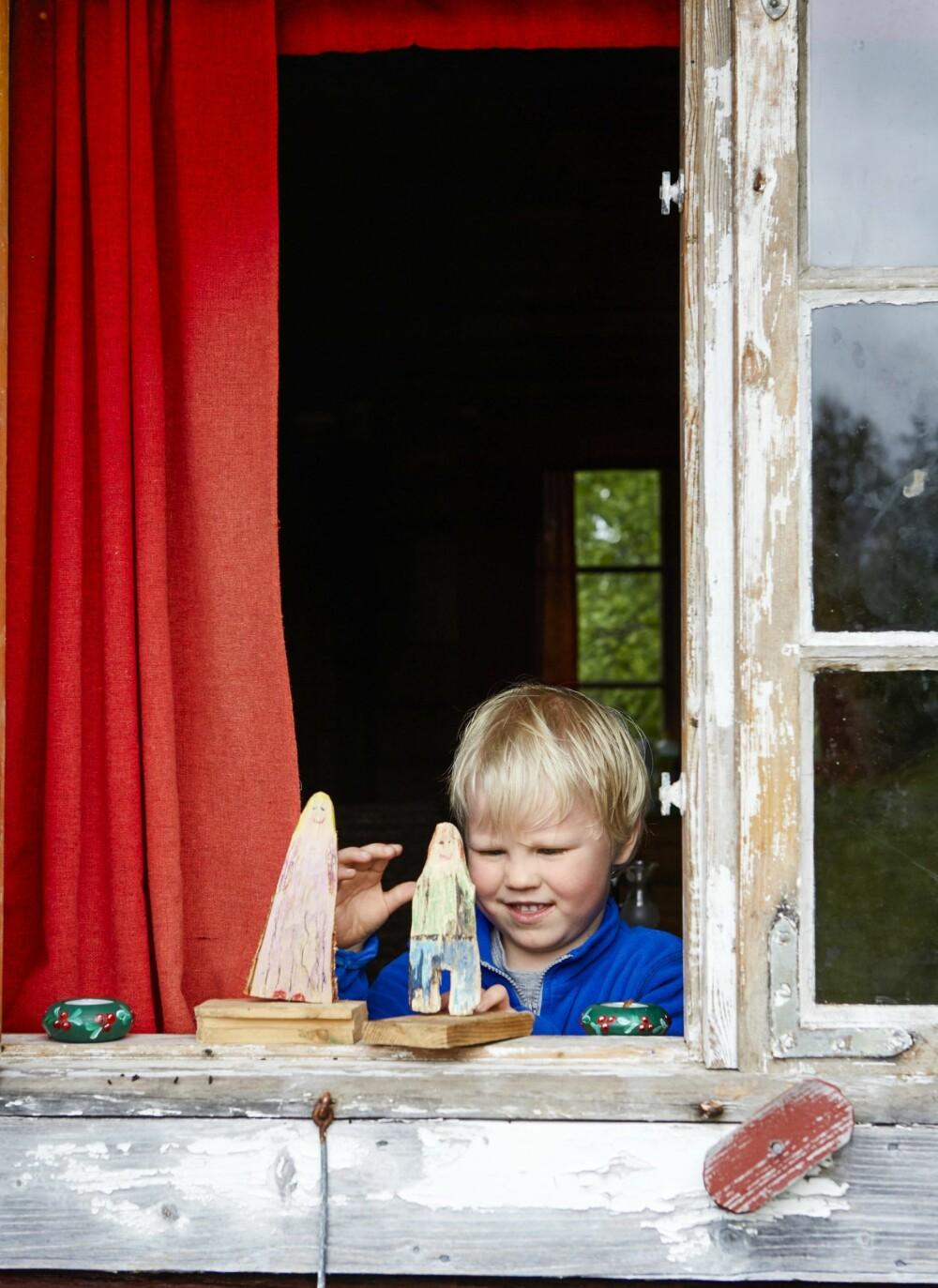 GJENSYNSGLEDE: Trefigurene, som pappa Gunnar har laget til Boas, gir gjensynsglede. (FOTO: Sveinung Bråthen)