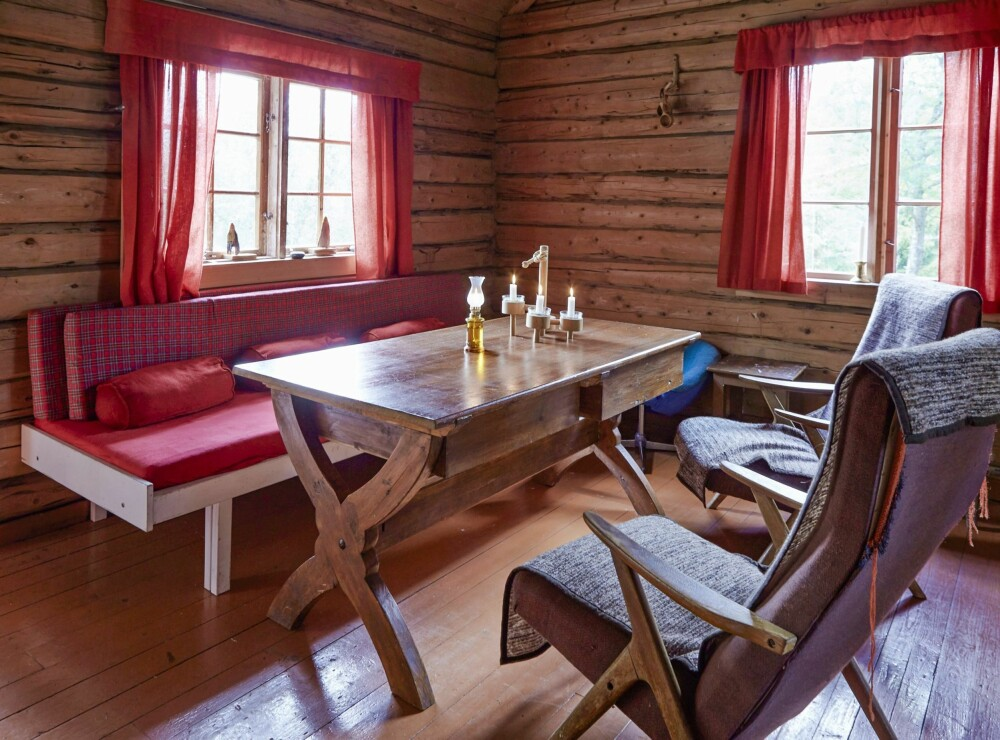 ENKELT: Sofaen i stua brukes også som seng. Det er her at måltidene inntas dersom det er dårlig vær ute. (FOTO: Sveinung Bråthen)