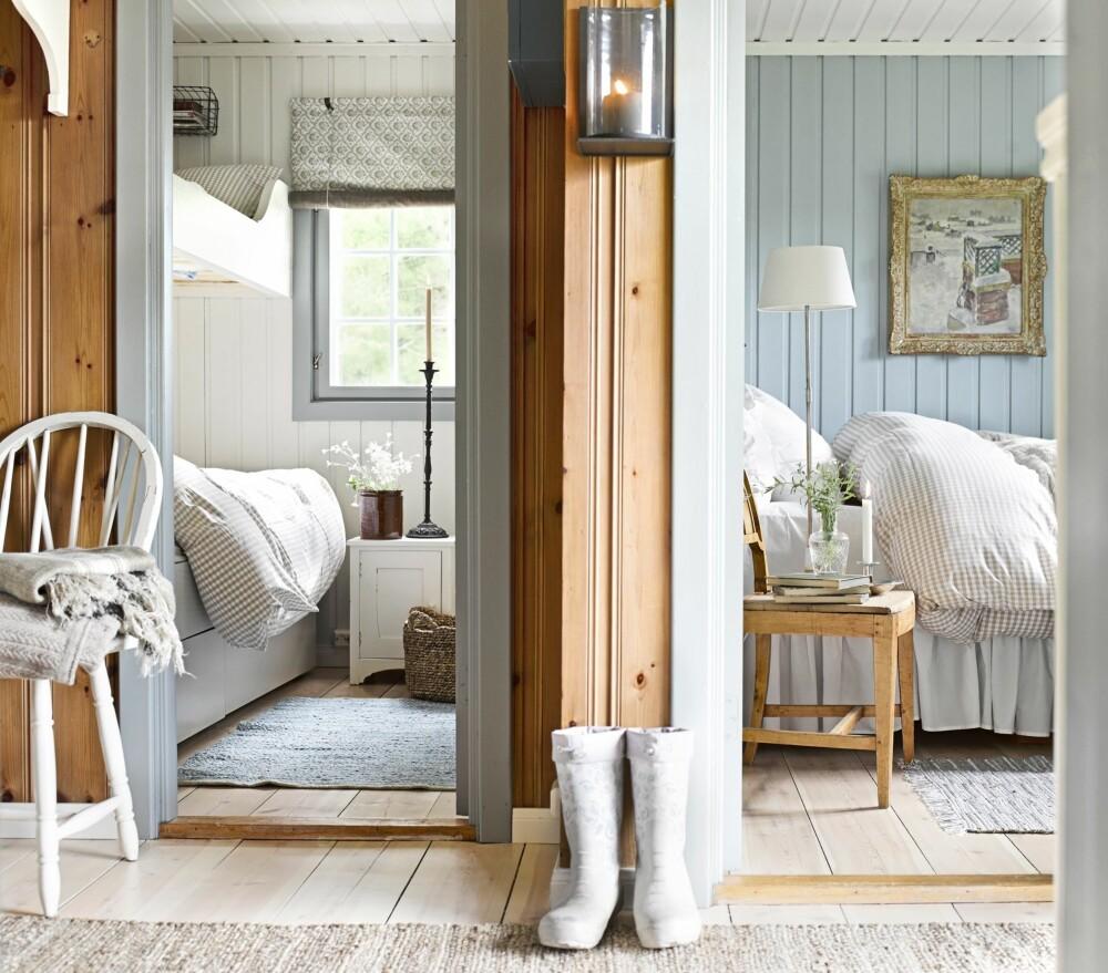 MER TIDSRIKTIG: Forandringen kommer tydelig til uttrykk i soverommene, som er malt i hver sin farge. I hovedsoverommet er det blå skapet fjernet. Sengen den samme, men den har fått en ny kappe. Sengegavlen er også ny, fra Ikea. Stolen er arvet og lampen er fra Lama. Bildet på veggen er fra hytteeiers barndomshjem. På soverommet til venstre er køyesengen erstattet med plassbygde senger fra Olerud snekkerverksted. Sengeskuffene er fra Ikea. De gustavianske rullgardinene er sydd hos Bentes Interiør Møbel og Båtsøm. I gangen mot begge soverommene er veggene beiset. (FOTO: Per Erik Jæger)